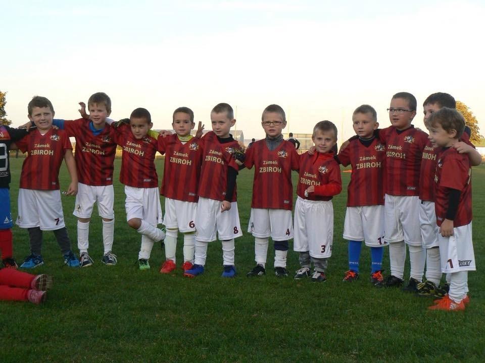 děti s fotbalovým dresem s potiskem